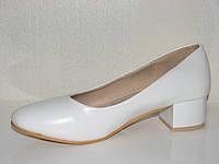 Жеские белые туфли маленький каблук 37