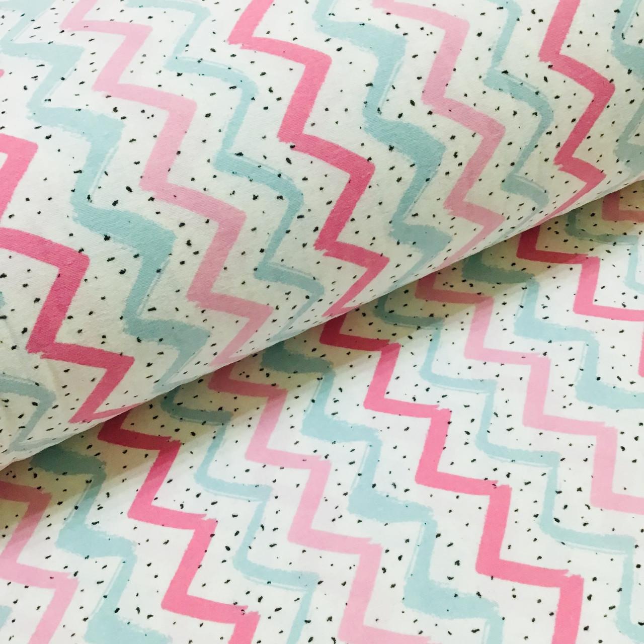 Фланелевая ткань зигзаг мятно-розовый с черными крапинками на белом (шир. 2,4 м) ОТРЕЗ (0.35*2.4)