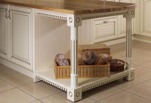 """Островной элемент с декоративными ногами, классическая кухня с золотой патиной """"Роял классик"""" от Woodform"""