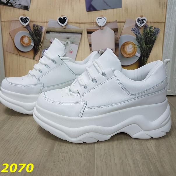 Женские демисезонные кроссовки на массивной фигурной подошве белые