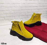 Демисезонные женские замшевые ботиночки желтого цвета.