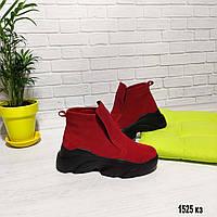 Демисезонные ботинки красного цвета из натуральной замши
