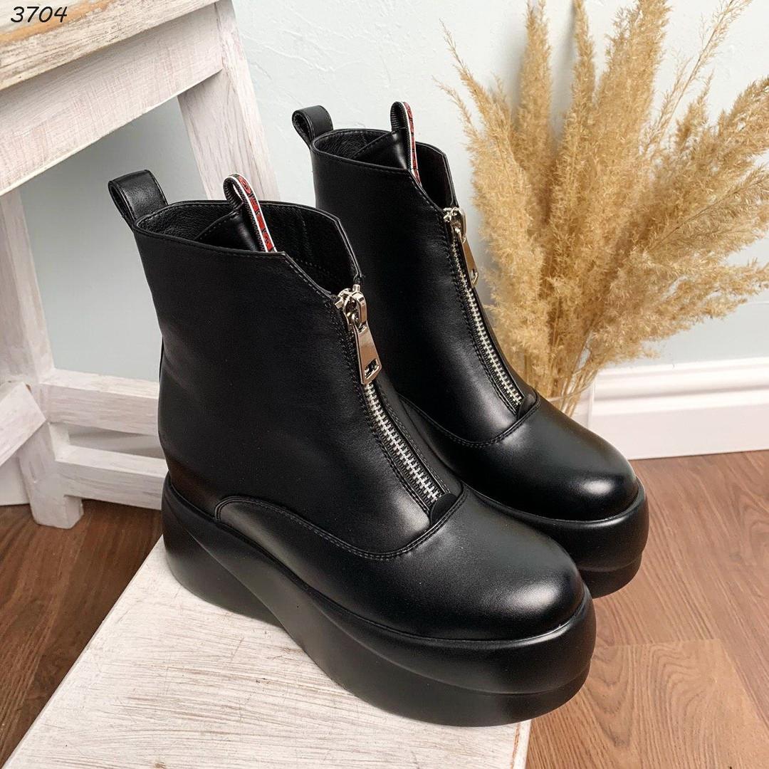 Черные деми ботинки на скрытой танкетке спереди молнии