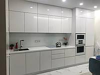 Кухня белая на заказ с фасадами без ручек, фото 1