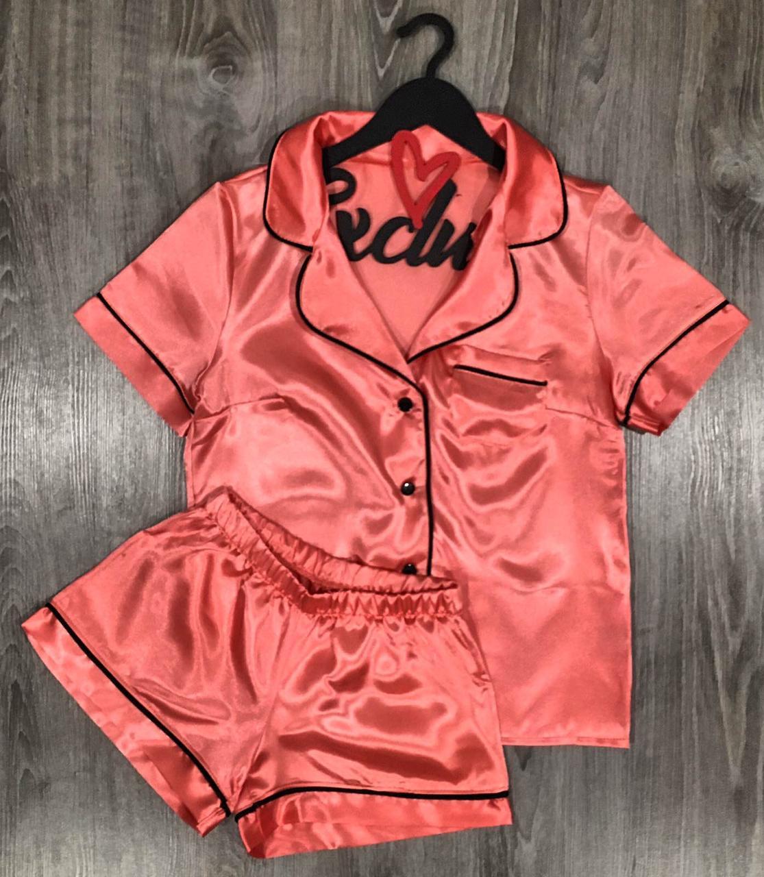 Персиковый пижамный комплект из атласа рубашка и шорты.