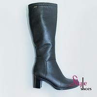 Высокие кожаные демисезонные женские сапоги черного цвета на каблуке
