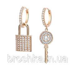 Асимметричные позолоченные серьги ключик и замок