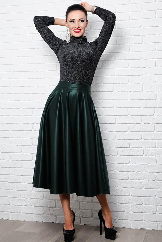 Расклешенная кожаная юбка изумрудного цвета