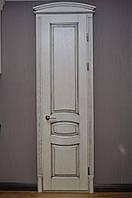 """Двері з натурального дерева з полуарочным порталом , білі під """"темну патину"""""""