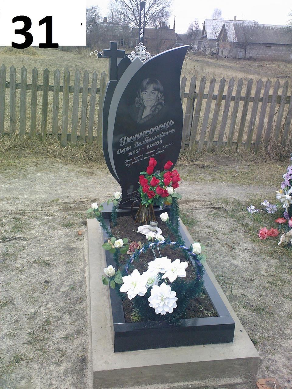 Одинарный памятник для женщины с крестом слева из гранита