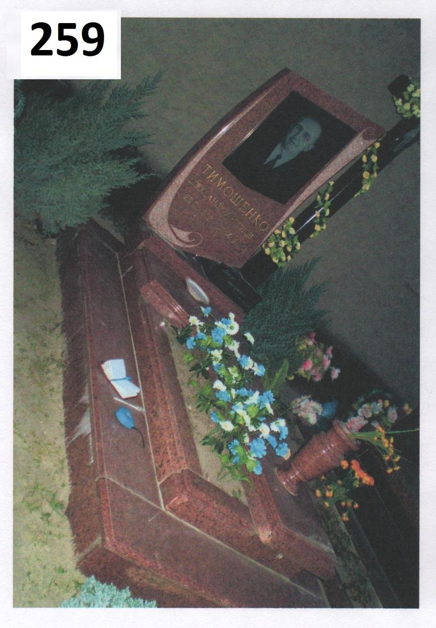 Елітний пам'ятник з червного граніту та хрест із чорного габро на могилу комплекс