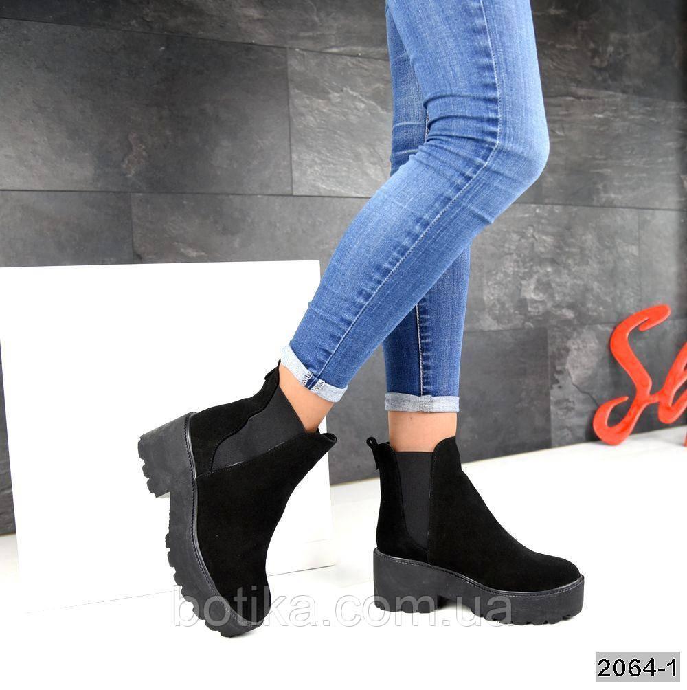 Стильные демисезонные женские ботинки на тракторной подошве черные замшевые
