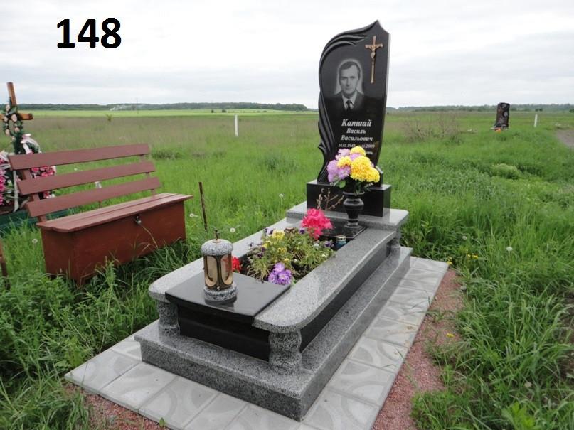 Одинарний пам'ятник комплект з граніту об'ємна різьба на цвинтарі
