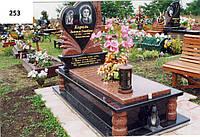 Елітний пам'ятник серце з закритим квітником на могилу комплект