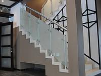 Ограждение из нержавеющей стали и стекла