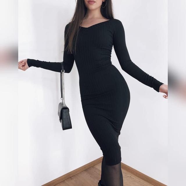 Трикотажное платье с вырезом лодочка ниже колен