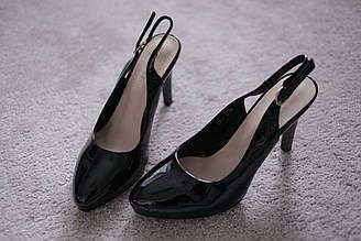 Женские босоножки на каблуке с закрытытым носком Италия черные лаковые классика 36-39