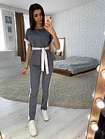 Серый костюм с контрастными элементами