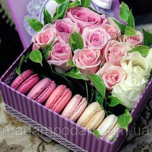 Розы в коробке с макарунами