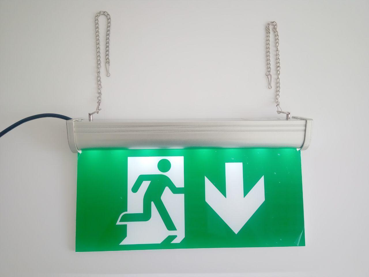 Указатель эвакуационного выхода со стрелкой вниз аккумуляторный для аварийного освещения 220В