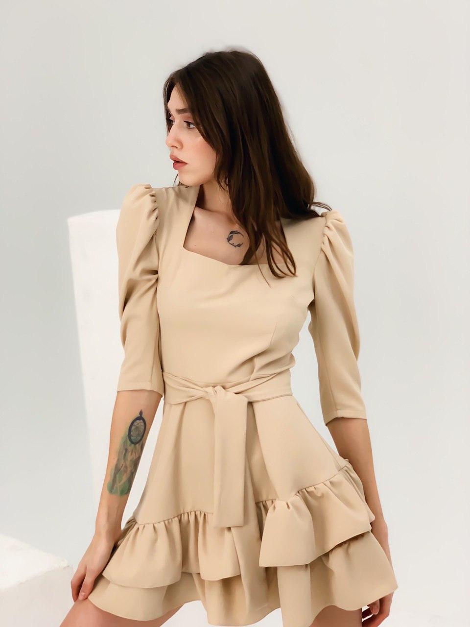 Платье бежевое с рюшами женское