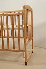 Кровать «AMELI» с подвижной боковиной с дугами и колесами (600 * 1200) Бук), фото 3
