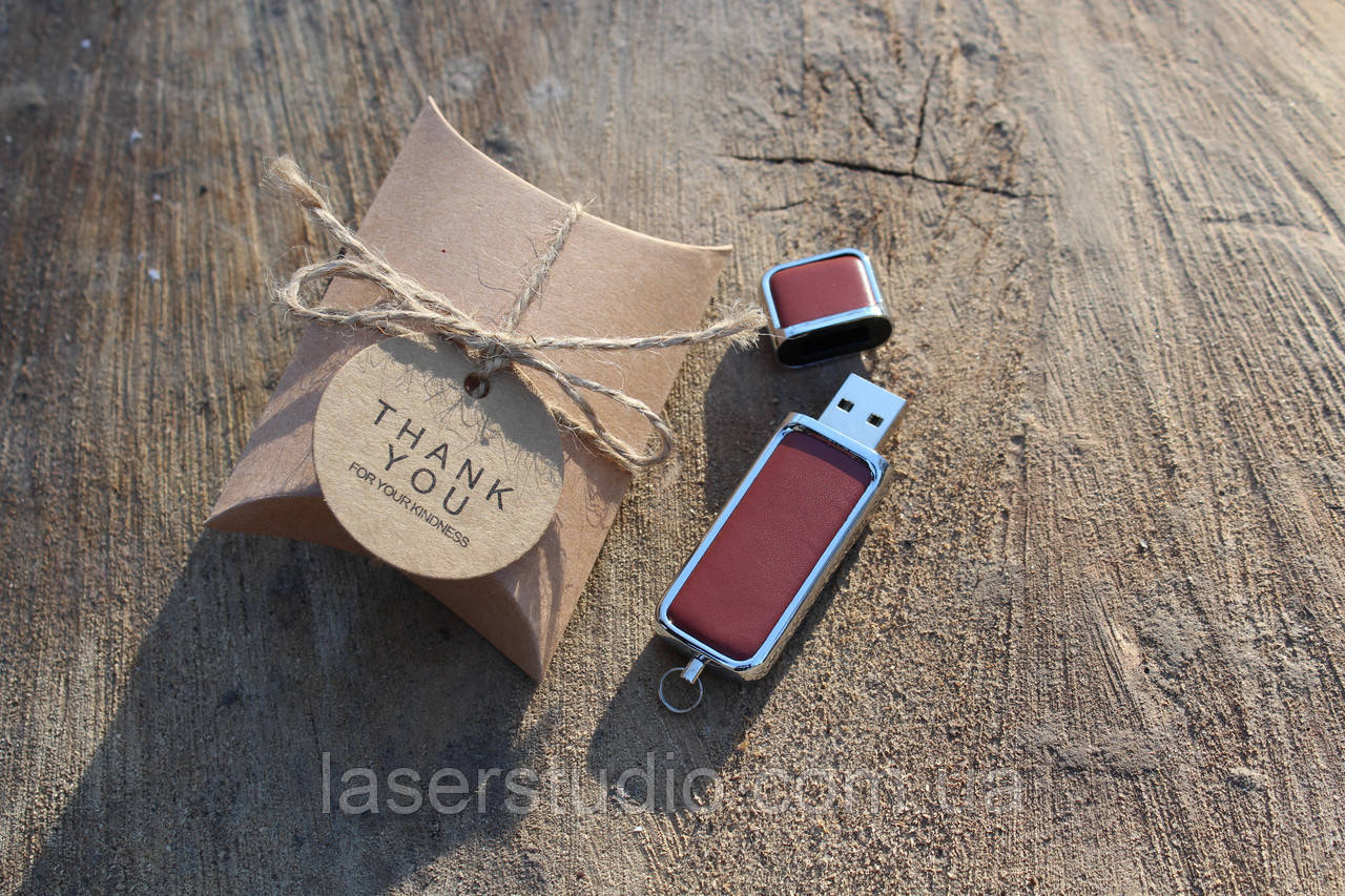 Кожаная флешка с индивидуальной гравировкой звичайна з червоної шкіри на 64Gb (3.0)