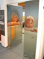 Стеклянные двери с печатью