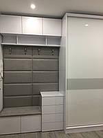Шкаф купе в прихожую с мягкой вешалкой с покраской на стекле, профиль белый глянець, фото 1