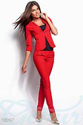 Женским костюм с приталенным жакетом и облегающими брюками в деловом стиле красный