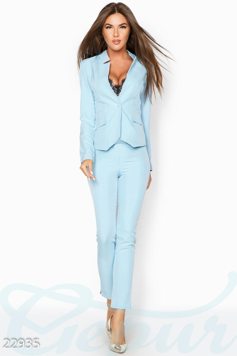 Деловой брючный костюм голубой
