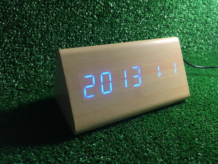 Стильные настольные часы под белое дерево VST861 с красной подсветкой