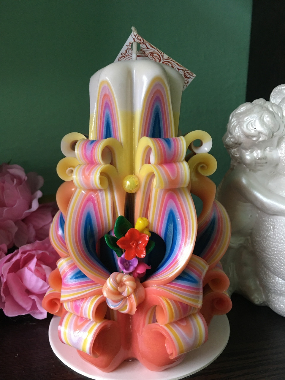 Свічка різьблена весняної забарвлення з букетом квітів