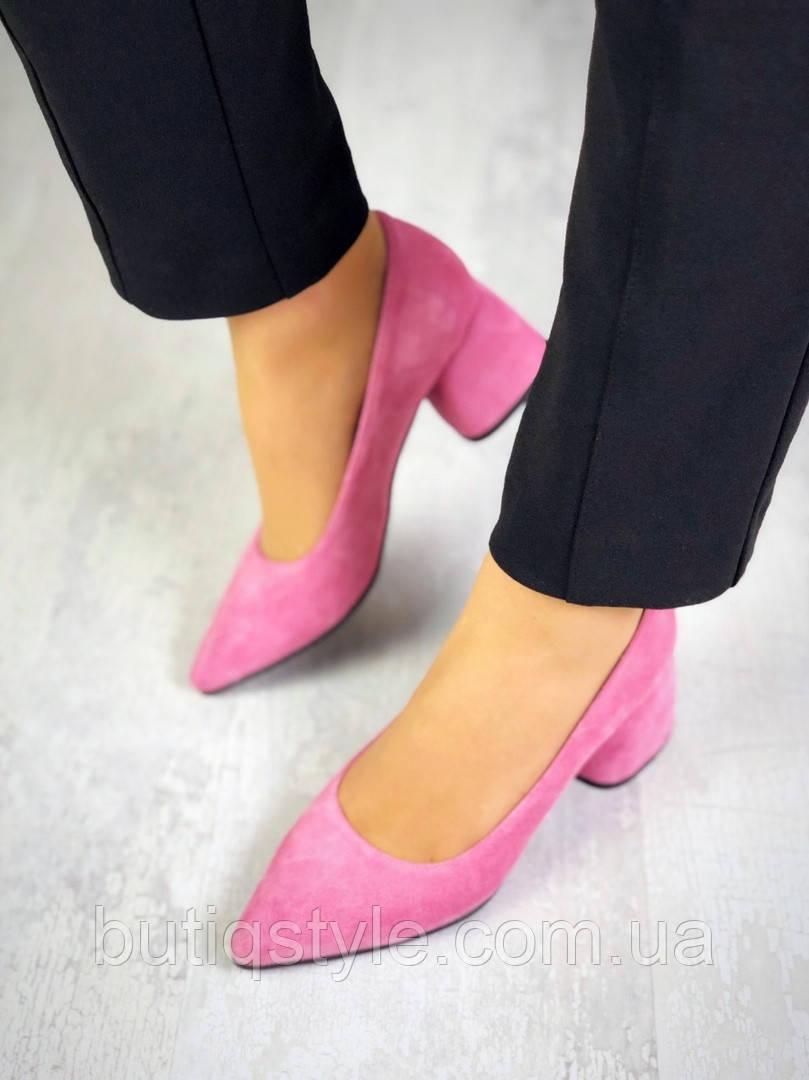Женские розовые туфли натуральная замша на каблуке