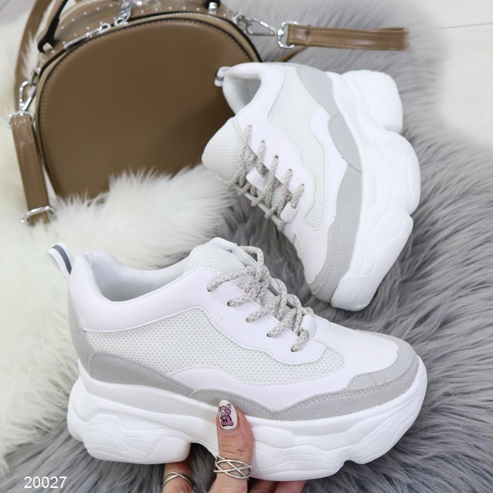 Модные кроссовки сникерсы женские на скрытой танкетке и массивной подошве белые с серым
