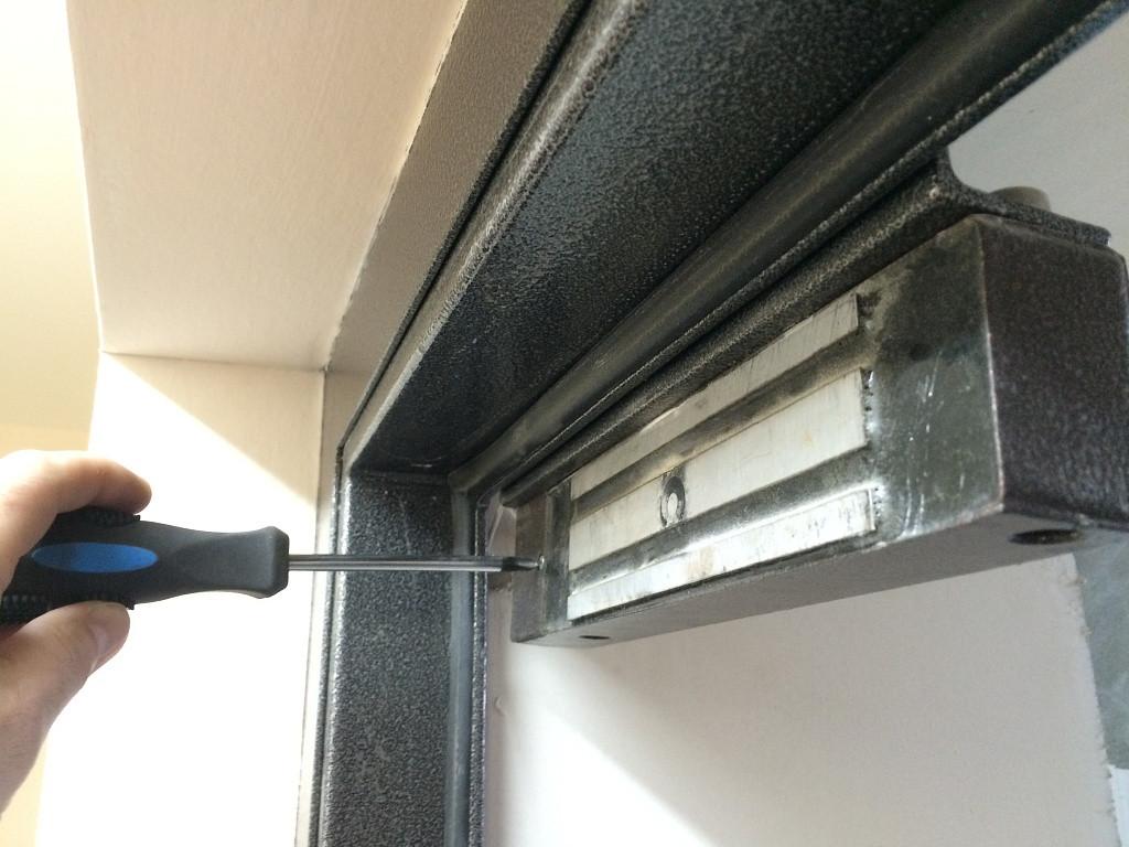 Магнитный замок на дверь установка