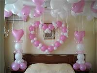 Украшение номера молодожён воздушными шарами.