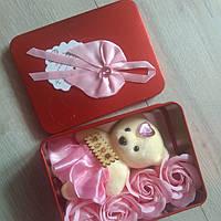 Подарочная шкатулочка с розами из мыльной основы и  мишкой  (4 розы)