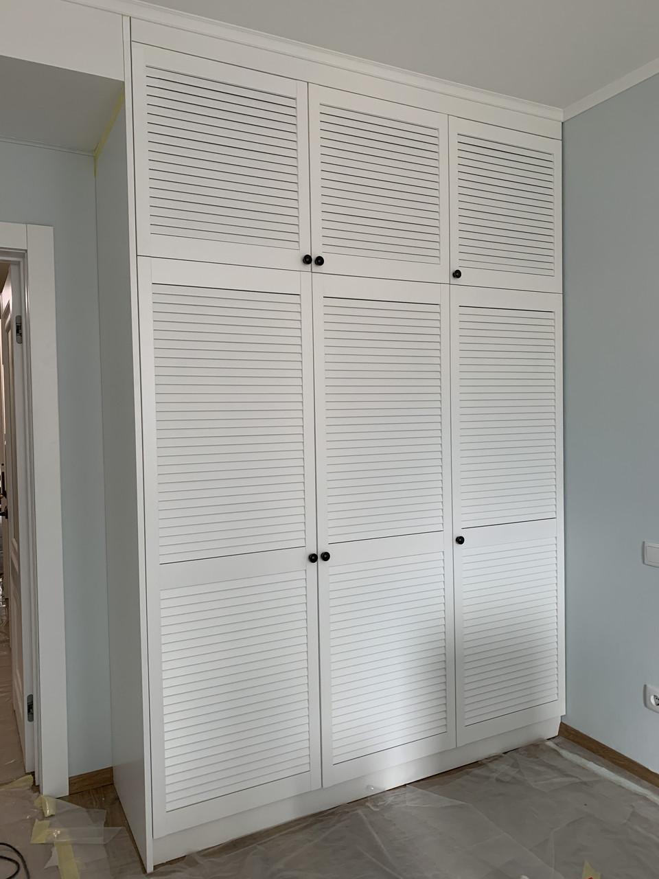 Шкаф с жалюзийными деревянными дверями под заказ любой размер