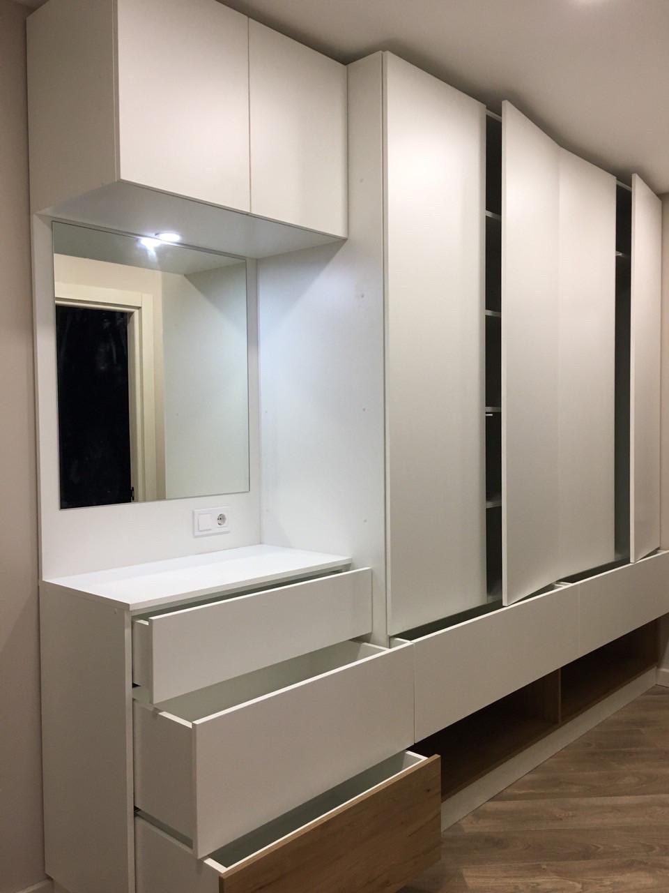 Белый шкаф с зеркалом в прихожую