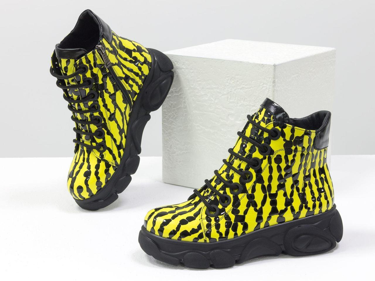 Яркие женские ботинки на шнуровке, из натуральной кожи желтого цвета с черными каплями лака