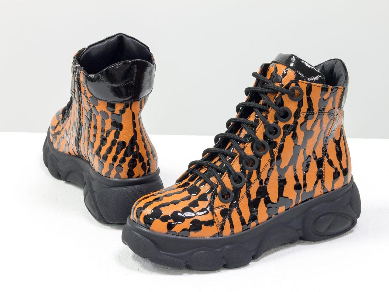 Яркие женские ботинки на шнуровке, из натуральной кожиоранжевого цвета с черными каплями лака