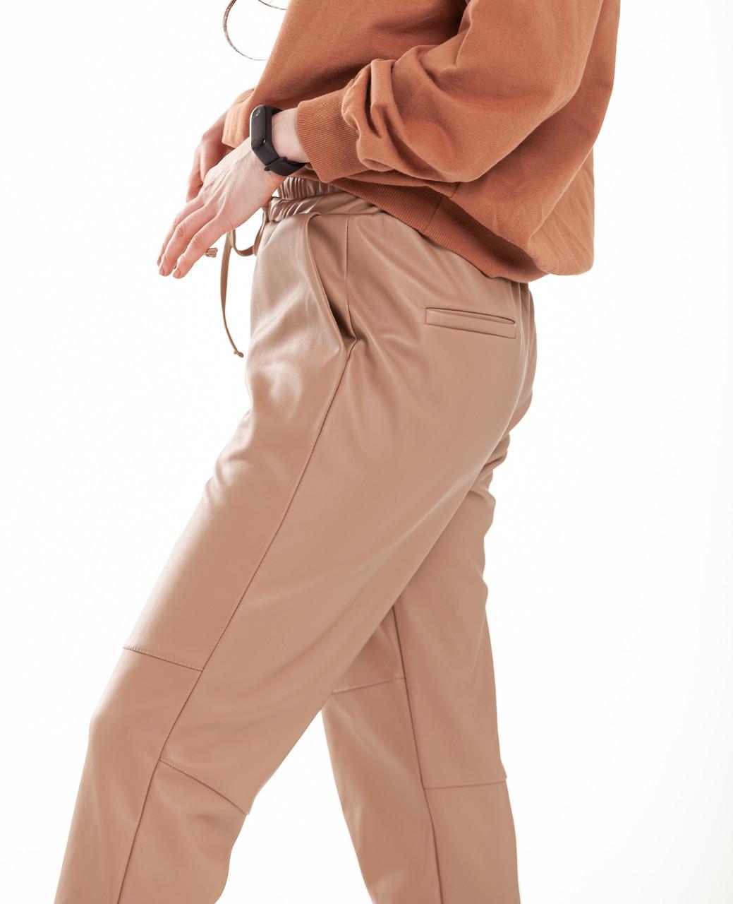 Брюки женские пояс-резинка без манжета экокожа беж с обманчивыми карманами