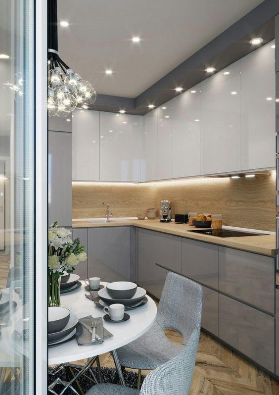 Кухня на заказ с серо белыми крашеными фасадами