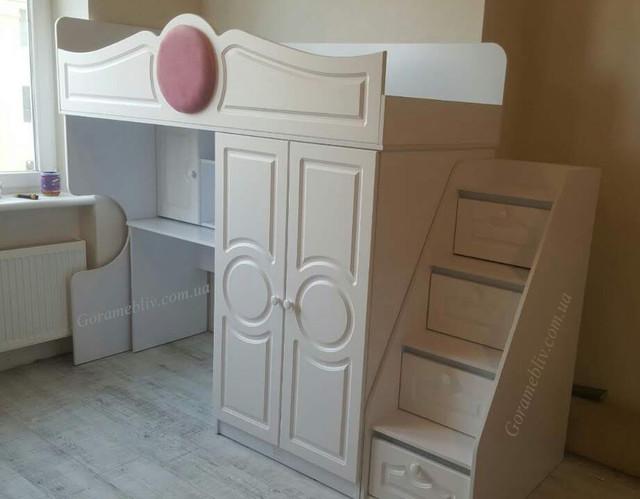 """На фото: кровать-чердак """"Престиж-2"""" с фасадами МДФ белого цвета со столом и лестницей-комодом"""