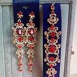 Комплект удлиненные вечерние серьги под золото с  красными камнями и браслет, высота 12 см., фото 2