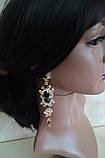 Комплект удлиненные вечерние серьги под золото с  красными камнями и браслет, высота 12 см., фото 3