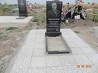 Гранитный памятник с тротуарной плиткой