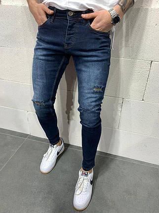Чоловічі завужені джинси темно-синього кольору з латками, фото 2