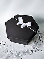 Большая шестиугольная подарочная коробка ручной работы однотонного чёрного цвета с белым бантом